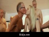Alter Mann fickt blondes Mädchen